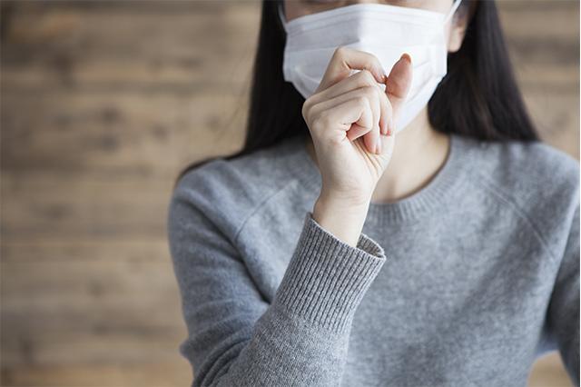 【写真】咳こむ女性